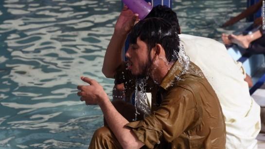 150623101322-pakistan-heat-wave-water-super-169